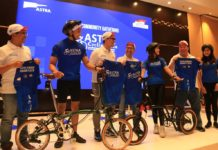 Head of Corporate Communications Astra Boy Kelana Soebroto (ketiga kiri), Chief Operation Officer Auto2000 Ivan Sadik (kedua kanan), Chief Operating Officer Asuransi Astra Hendry Yoga (tengah) dan Ketua Umum Astra Cycling Tour 2020 Ardian Nur (kiri) bersama anggota Astra Cycling Team seusai Media & Community Gathering Astra Cycling Tour 2020 di Jakarta, Rabu (26/2). Foto Astra