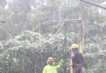 Petugas PLN bergelantungan memperbaiki jaringan listrik yang terganggu akibat cuaca buruk di Kabupaten Sumbawa. (Dok PLN)